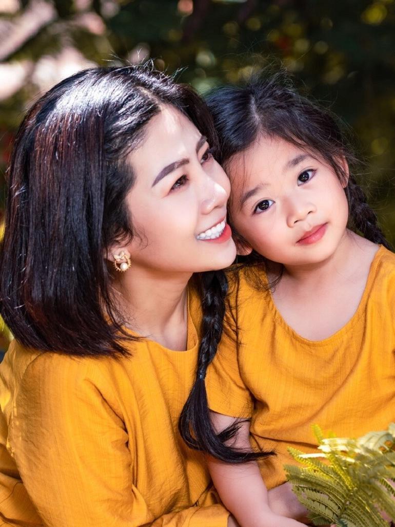 Trương Bảo Như đưa con gái Mai Phương đi viếng mẹ, lời khấn nguyện khiến ai nghe cũng xúc động Ảnh 5