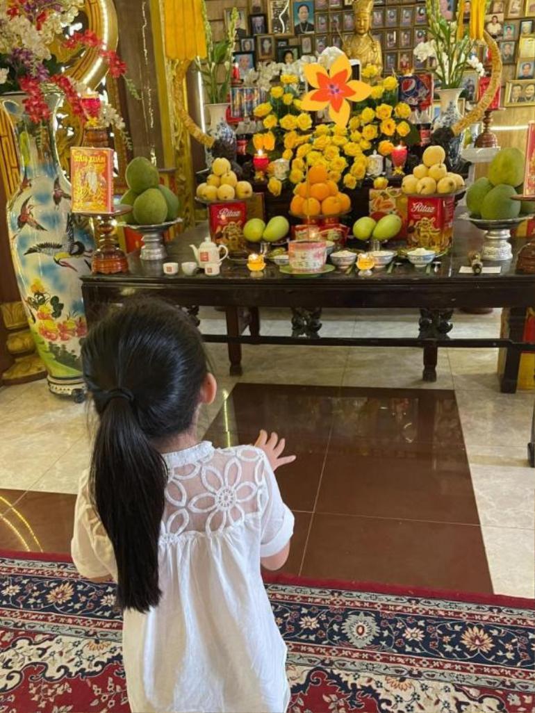 Trương Bảo Như đưa con gái Mai Phương đi viếng mẹ, lời khấn nguyện khiến ai nghe cũng xúc động Ảnh 3